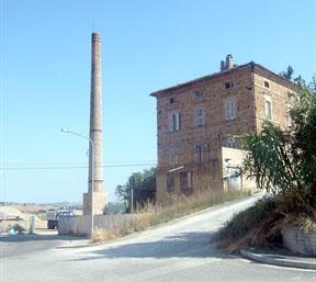 la ciminiera della Fornace Fermani, ai piedi della salita per il Convento degli Zoccolanti
